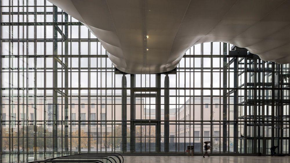 Металните стълби в новата сграда