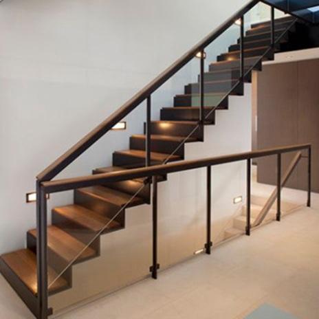 Тъмните метални стълби