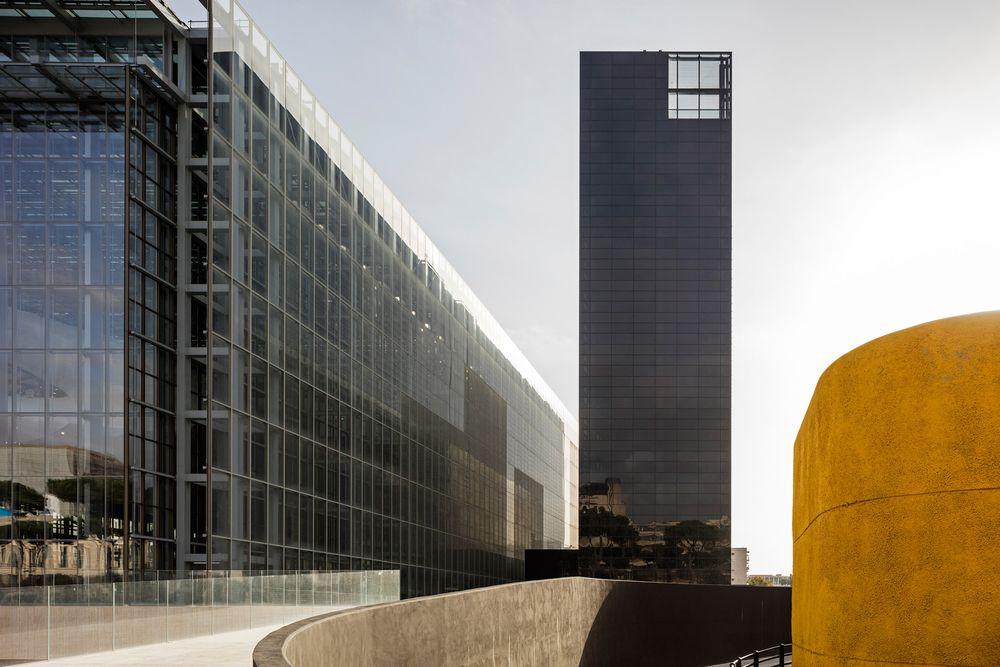 Кула с метални стълби и стъкло