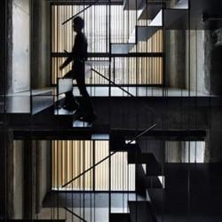Непрекъснати метални стълби свързват 8 етажа от сграда
