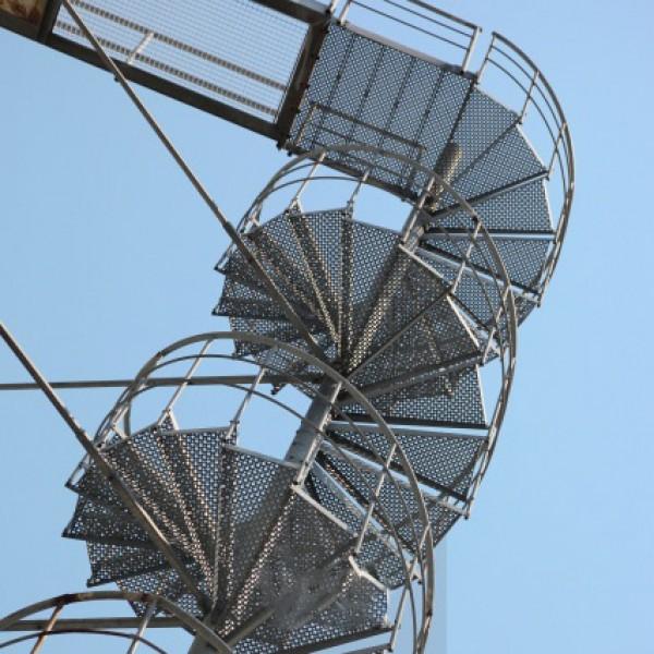 Спираловидни метални стълби