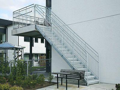 Външни прави метални стълби